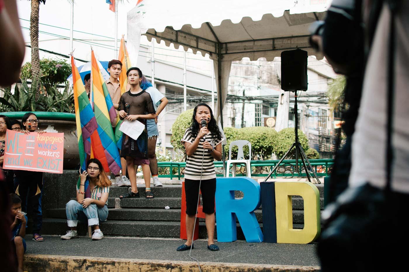 CHANT. 'MAKI-BEKI, huwag ma-shokot!' A representative from Kabataan Partylist leads the crowd in a chant. Photo by Jorge Gamboa