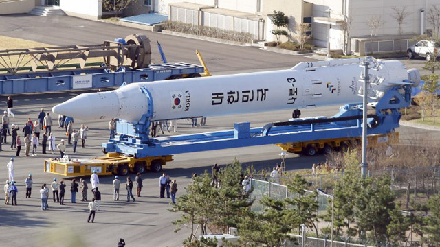 The Korea Space Launch Vehicle-I (KSLV-I), South Korea's first space rocket, is wheeled to its launch pad at Naro Space Center in Goheung, 350 km south of Seoul on October 24, 2012. AFP PHOTO / KOREA POOL