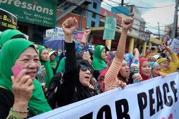 PEACE RALLY. Muslims from Manila, Bulacan, Pampanga and Pangasinan bannered by the 1-Bangsamoro group, converged at the Mendiola Peace Arch on February 20 to push for the Bangsamoro Basic Law.