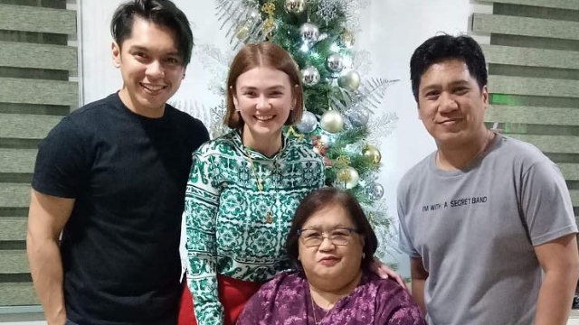 HAPPY HOLIDAYS. Carlo Aquino joins Angelica Panganiban and her family for Christmas. Screenshot from Instagram.com/iamangelicap