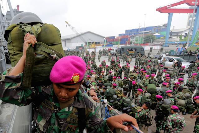 PULANG. Sejumlah prajurit TNI menaiki KRI Teluk Amboina seusai mengikuti upacara pelepasan 1.000 prajurit TNI yang tergabung dalam Tim Satgas Mabes TNI Penanggulangan Kebakaran Hutan dan Lahan di Pelabuhan Boom Baru Palembang, Sumsel, Senin (23/11). Terhitung sejak (11/9) hingga (23/11) prajurit TNI diterjunkan untuk membantu pemadaman titik api di Sumsel dan berhasil memadamkan 1.987 titik api. ANTARA FOTO/Nova Wahyudi