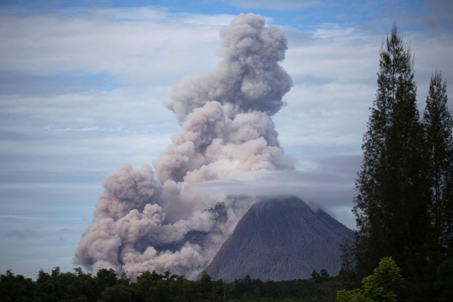 MASIH AKTIF. Gunung Sinabung mengeluarkan material vulkanis tampak dari Desa Jaranguda, Karo, Sumatera Utara, Senin (14/12). Gunung Sinabung berstatus Awas (level IV) sejak 2 Juni 2015 hingga kini, menyebabkan sedikitnya 7.000 warga masih mengungsi. ANTARA/Endro Lewa
