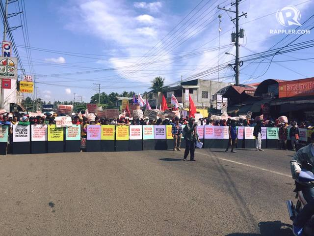 BLOCKED. Protesters demand a pullout by military troops on March 18. Photo by Editha Caduaya/Rappler
