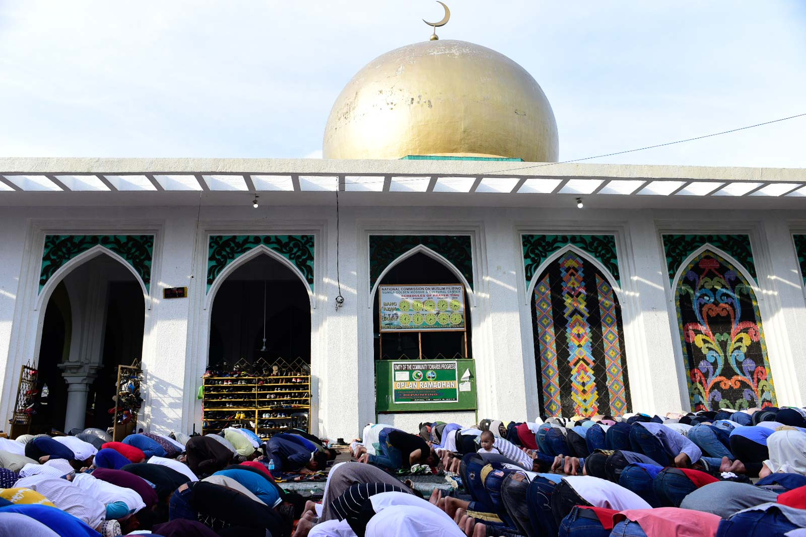 PEACE. Muslims pray outside the Golden Mosque in Quiapo, Manila during the Eid'l-Fitr, which marks the end of the holy month of Ramadan, on Wednesday, June 5. Photo by Rob Reyes/Rappler