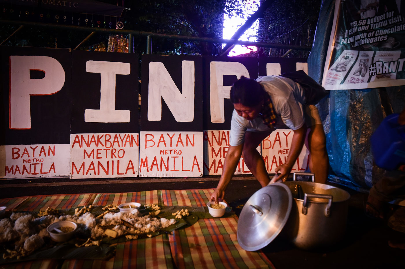 DINNER IS READY. Homeless protesters set up the boodle fight at the Mendiola Peace Arc in Manila on Sunday, November 12. Photo by Alecs Ongcal/Rappler