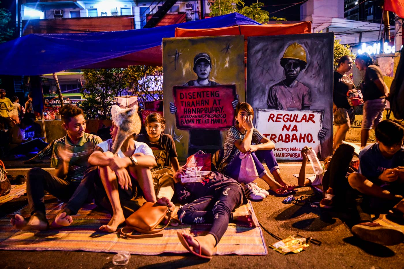 WAITING TIME. Protesters wait as their dinner is being prepared. Photo by Alecs Ongcal/Rappler