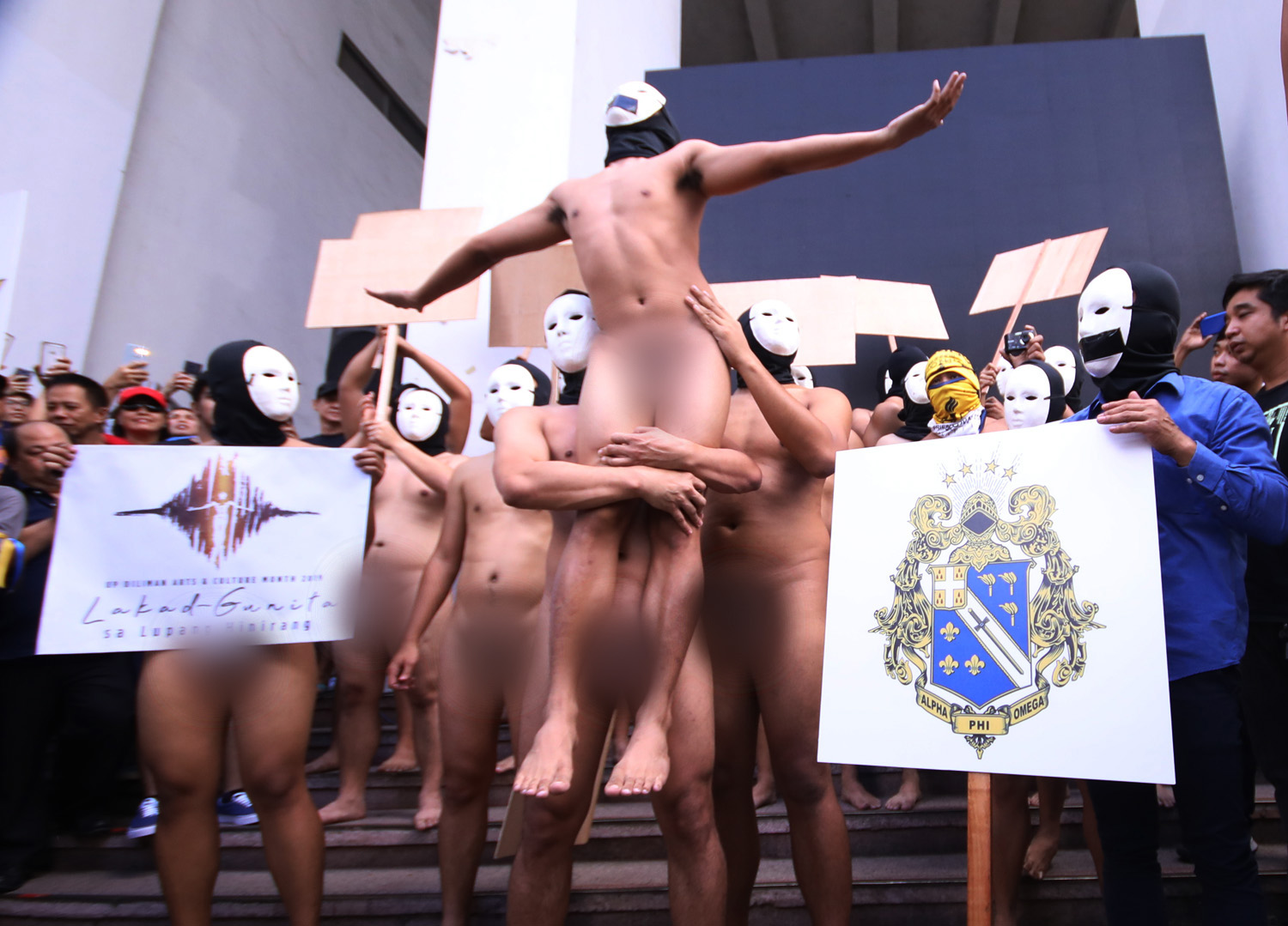 TAKE A STAND. Members of the Alpha Phi Omega fraternity hold their annual Oblation Run at the University of the Philippines Diliman on Friday, February 8, 2019. Photo by Darren Langit/Rappler