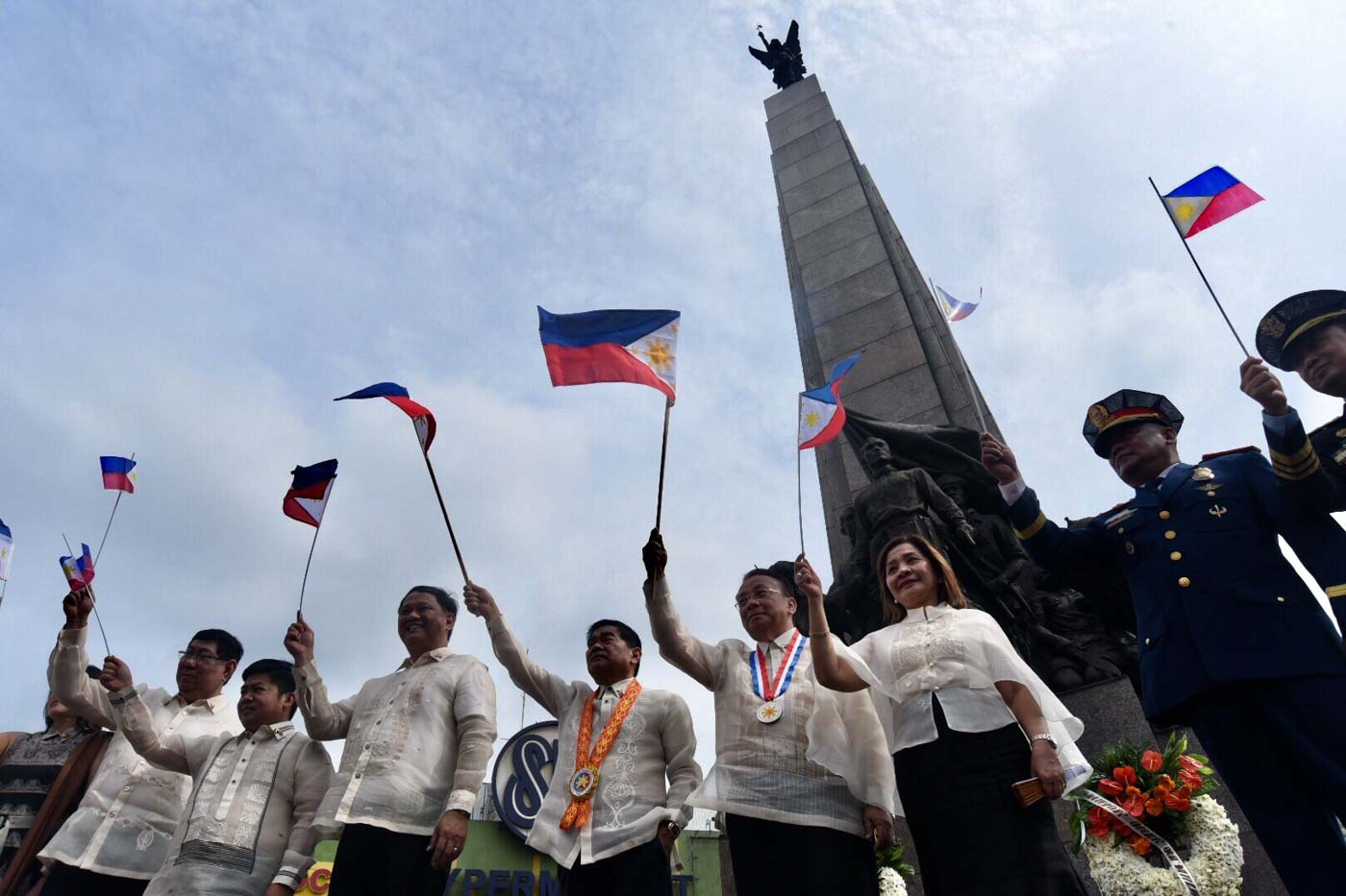 CALOOCAN CITY. Supreme Court Chief Justice Lucas Bersamin, right, led the flag raising ceremonies at the Bonifacio Monument in Caloocan City. With him are Caloocan City Mayor Oscar Malapitan and Vice Mayor Macario Asistio III and other local officials. June 12, 2019. Photo by Angie de Silva/Rappler