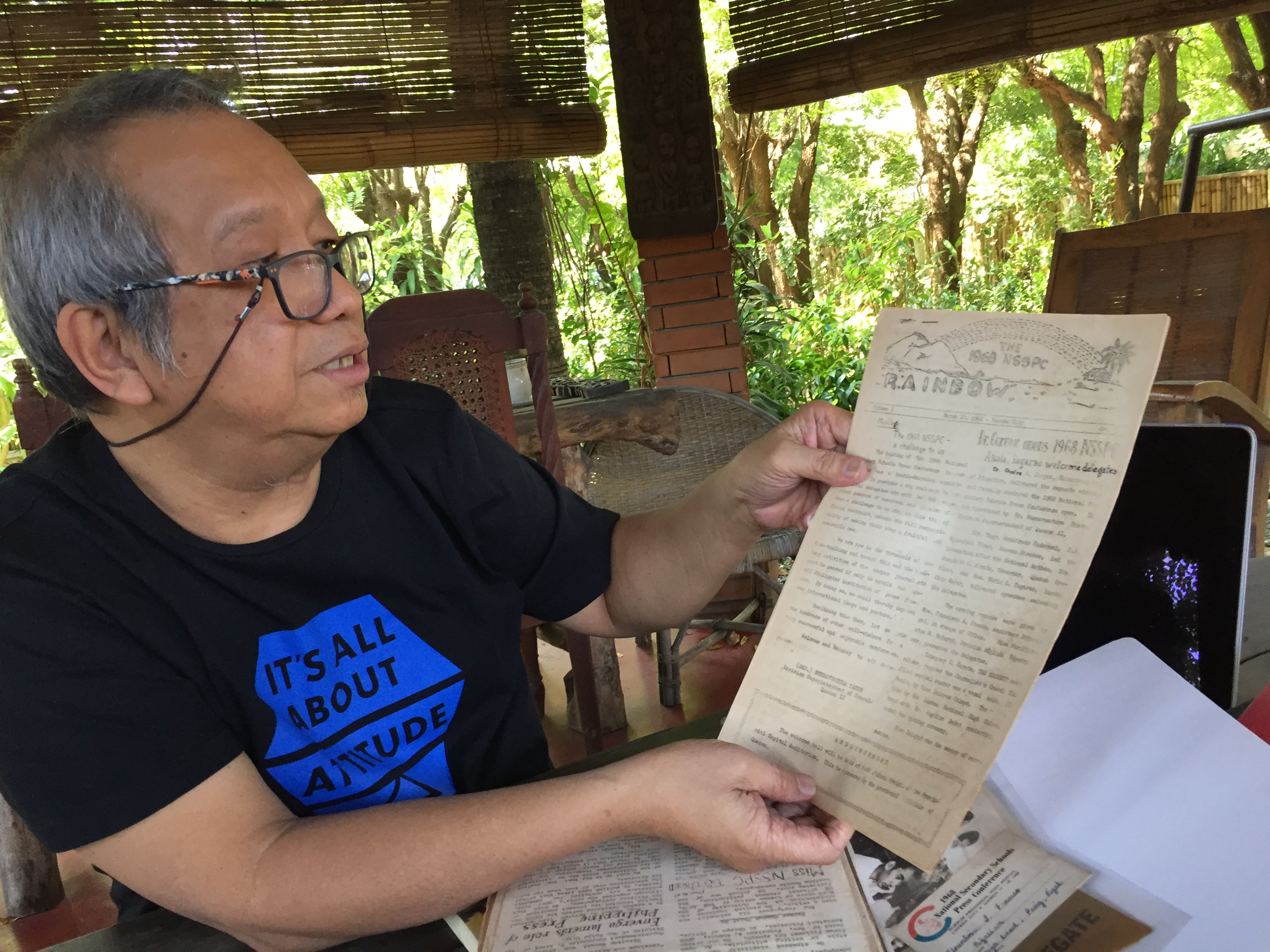 MEMOIRS. Perfecto Martin shows a 50-year-old newsletter distributed during the 1968 National Secondary Schools Press Conference in Lucena, Quezon. Photo by Bong Santisteban/Rappler