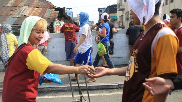 GENEROSITY. Candies are shared with Black Nazarene devotees. Rappler photo