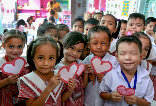 DAY OF HEARTS. Kindergartnen kids in Tacloban crafted Valentine's Day cards for Enrique Iglesias, who donated to super typhoon Yolanda relief efforts. Photo courtesy of Save the Children
