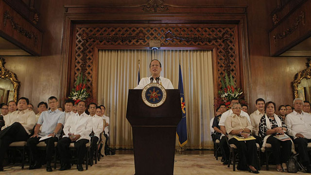 President Aquino delivers his nationally televised speech on the preliminary peace deal with MILF in Malacañan Palace. Cabinet members join him. Malacaãng Photo bureau.