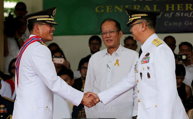 CHANGE OF COMMAND. President Benigno S. Aquino III (middle) presides over the Change of Command Ceremony involving outgoing AFP Chief General Hernando Iriberri (left) and acting AFP Chief Lt. Gen. Glorioso Miranda on April 22, 2016. Photo by Joseph Vidal/Malacañang Photo Bureau