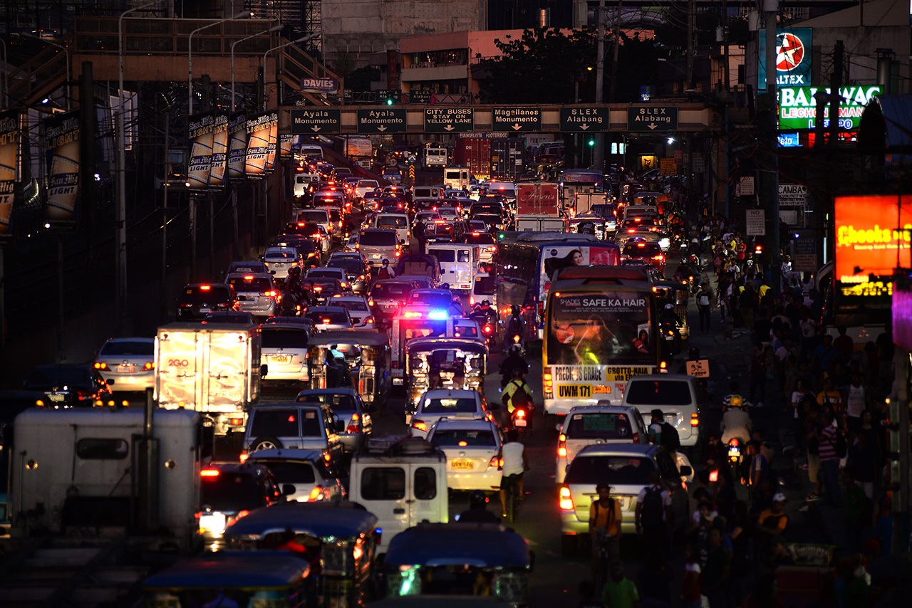 TRAFFIC. Heavy Traffic continues along Pasay-EDSA as of 5:30 pm. Photo by Maria Tan/Rappler