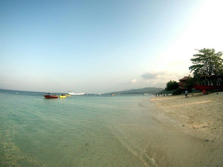 TELUK. Kondisi geografis Palu dan Donggala yang terletak di sebuah teluk, berarti pantai di sepanjang kota. Airnya jernih dan berpasir putih.