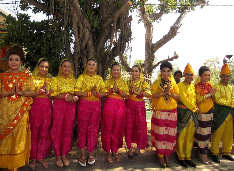 CERAH. Pamuda dan pemudi setempat mengenakan pakaian adat upacara pernikahan suku Kaili.