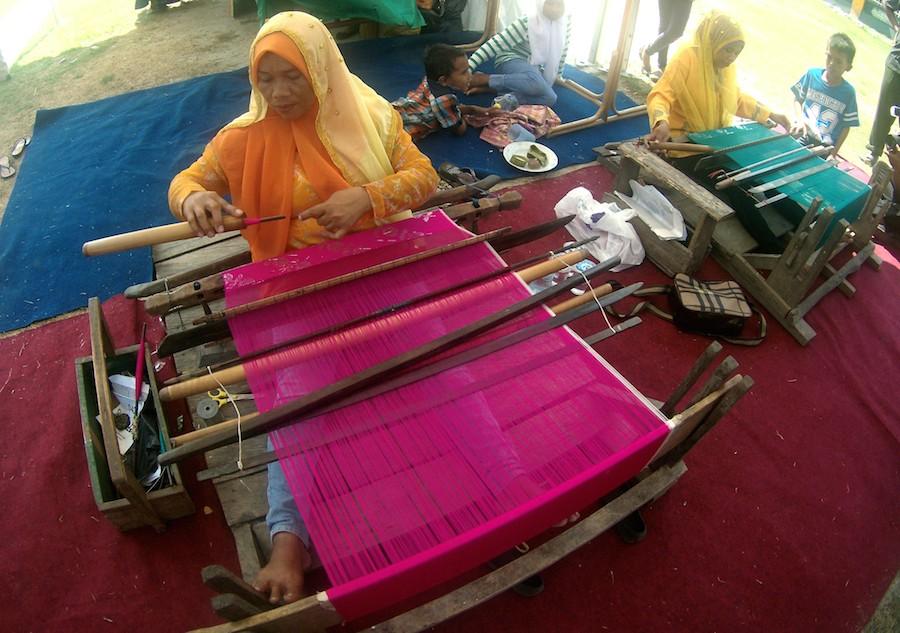 MENENUN. Tenunan dengan motif khas suku Kaili yang tersebar di Sulawesi Tengah. Selembar kain tenun bisa dihargai jutaan rupiah, paling murah Rp 250.000.
