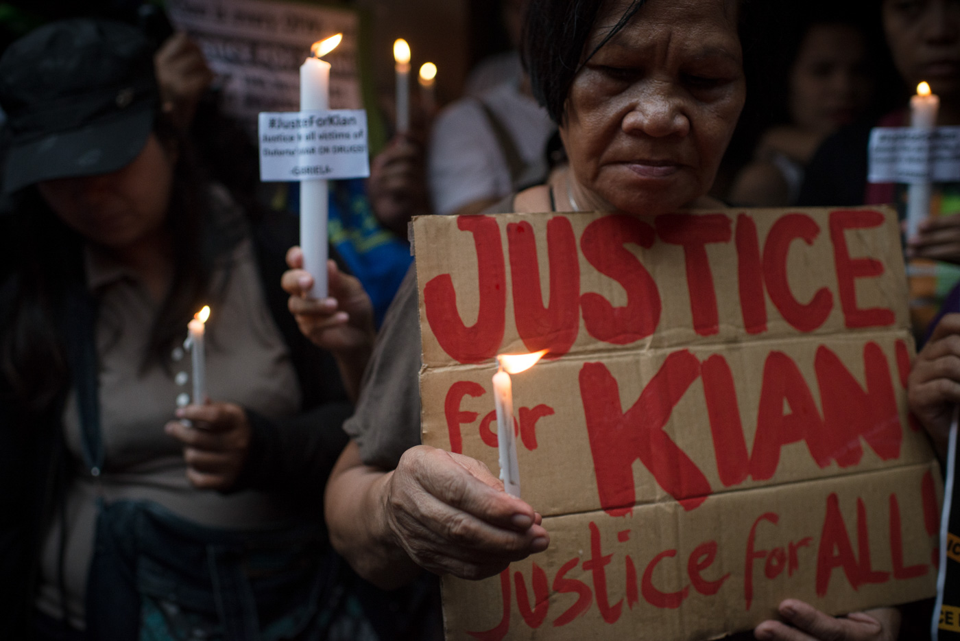 JUSTICE FOR KIAN. Protesters as well as neighbors and friends of Kian Loyd delos Santos light candles as they demand justice for the slain teenager. Photo by Eloisa Lopez/Rappler