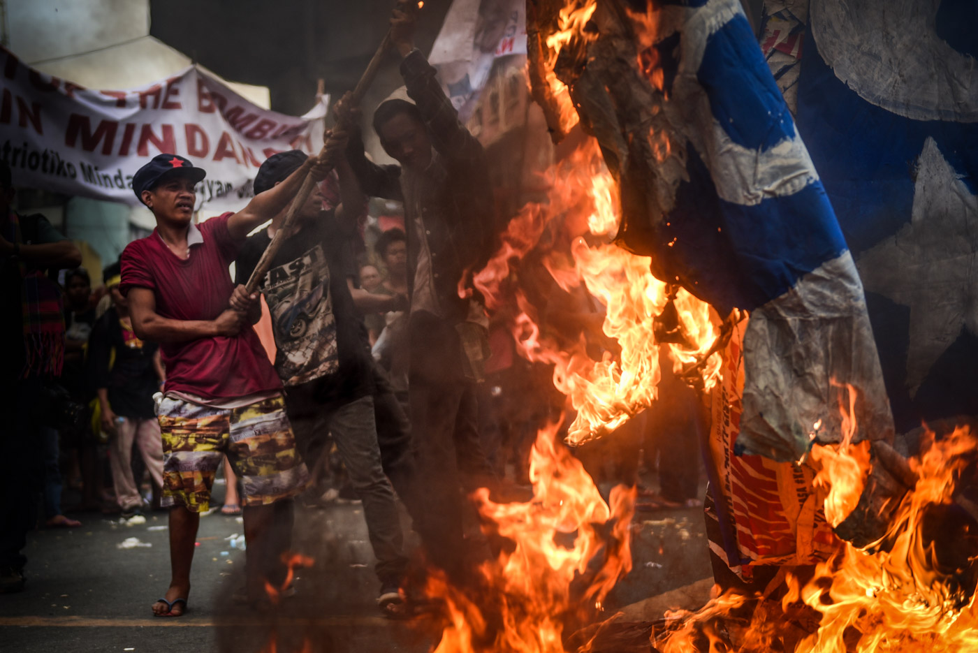 BURN. Protesters burn the modified US flags during the last day of the ASEAN Summit. Photo by Alecs Ongcal/Rappler