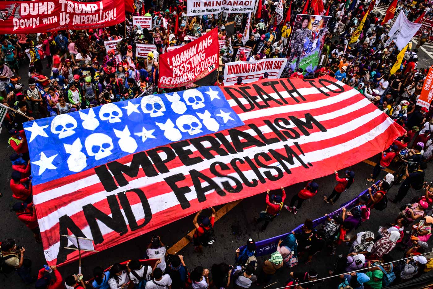 MODIFIED FLAG. Protesters prepare a modified US flag which they set to burn on the last day of the ASEAN Summit. Photo by Alecs Ongcal/Rappler