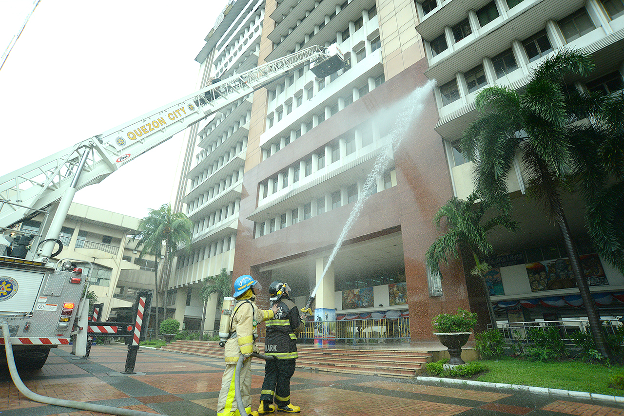FIRE SIMULATION. Quezon City Hall during the 3rd #MMShakeDrill. Photo by Maria Tan/Rappler