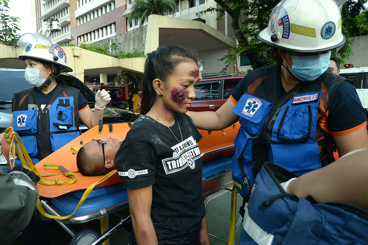'CASUALTIES.' Medics attend to 'earthquake victims'. Photo by Maria Tan/Rappler