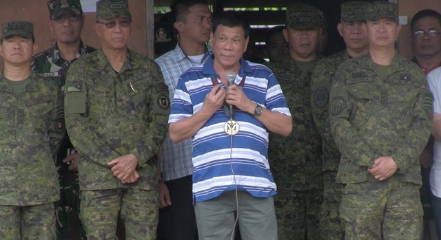 FOREFRONT OF FIGHT. President Duterte speaks to military forces fighting Maute group in Lanao del Sur on November 30, 2016. Photo from Presidential Photographers Division