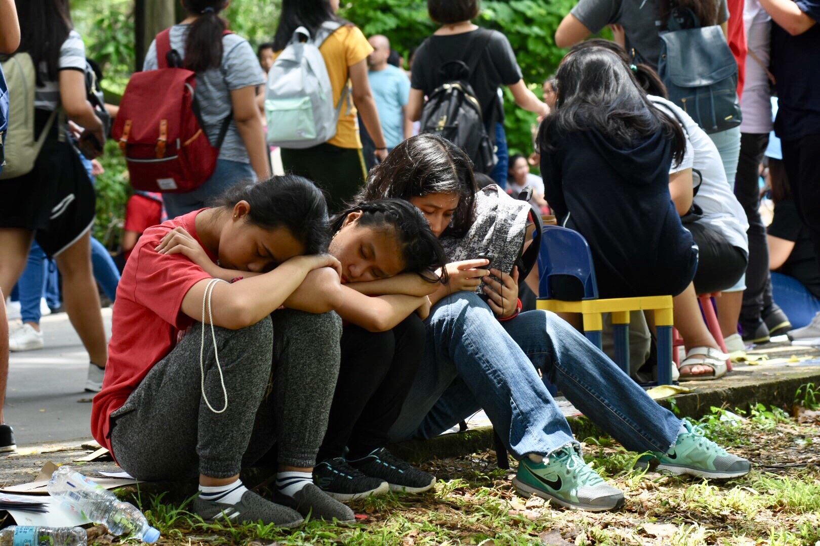 REST. Exhausted applicants rest during the last day of submission of UPCAT Application in UP Diliman. Photo by Angie de Silva