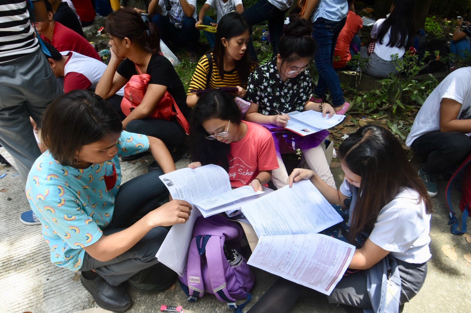 APPLICANTS. Aspiring applicants during the last day of submission of UPCAT Application in UP Diliman. Photo by Angie de Silva