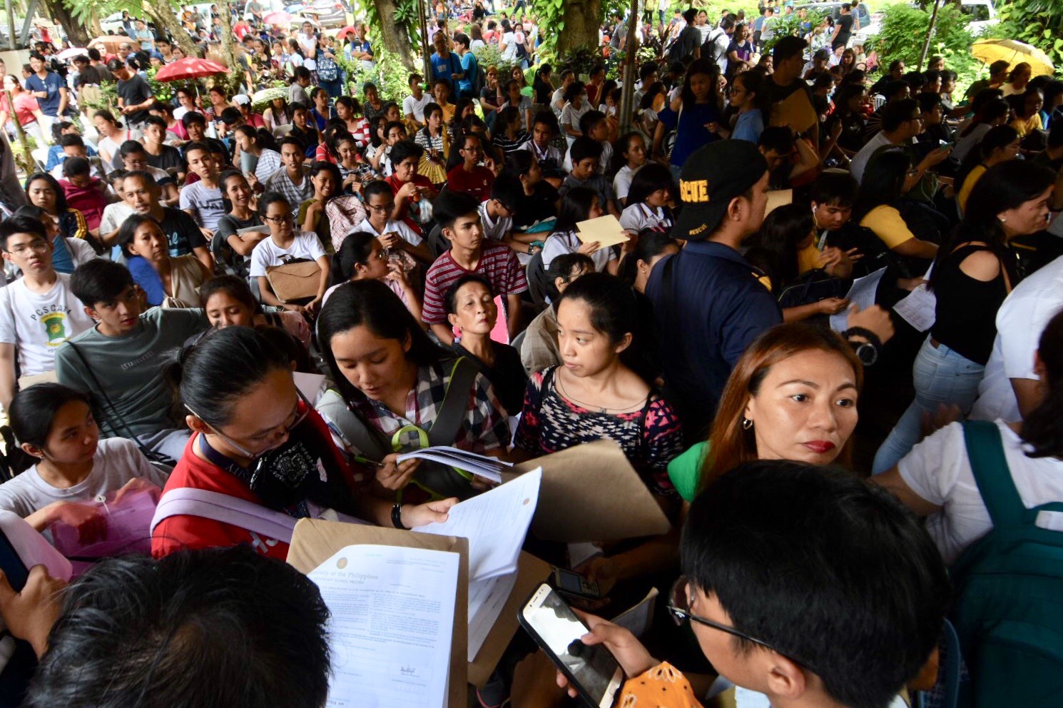 CROWD. Crowd during the last day of submission of UPCAT Application in UP Diliman. Photo by Angie de Silva