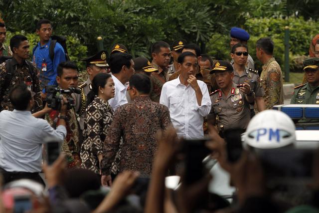 Presiden Jokowi saat tiba di lokasi peledakan di kawasan Sarinah, 14 Januari 2016. Foto oleh Roni Bintang/EPA