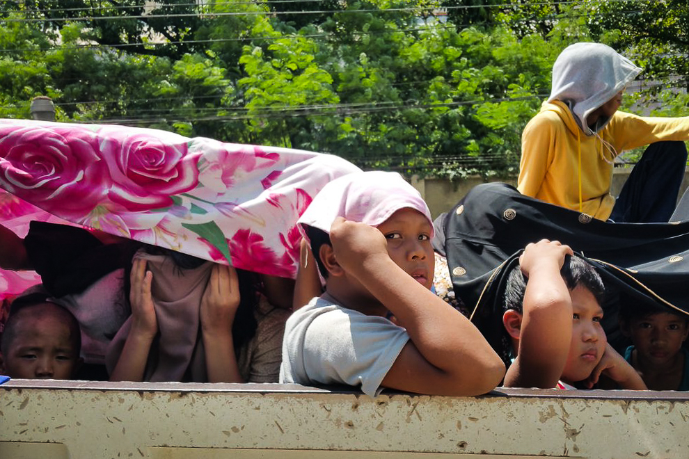 DISPLACED. Residents of Marawi City fleeing the clashes between government forces and the Maute Group pass through a checkpoint in Iligan City on May 24, 2017. Photo by Bobby Lagsa/Rappler