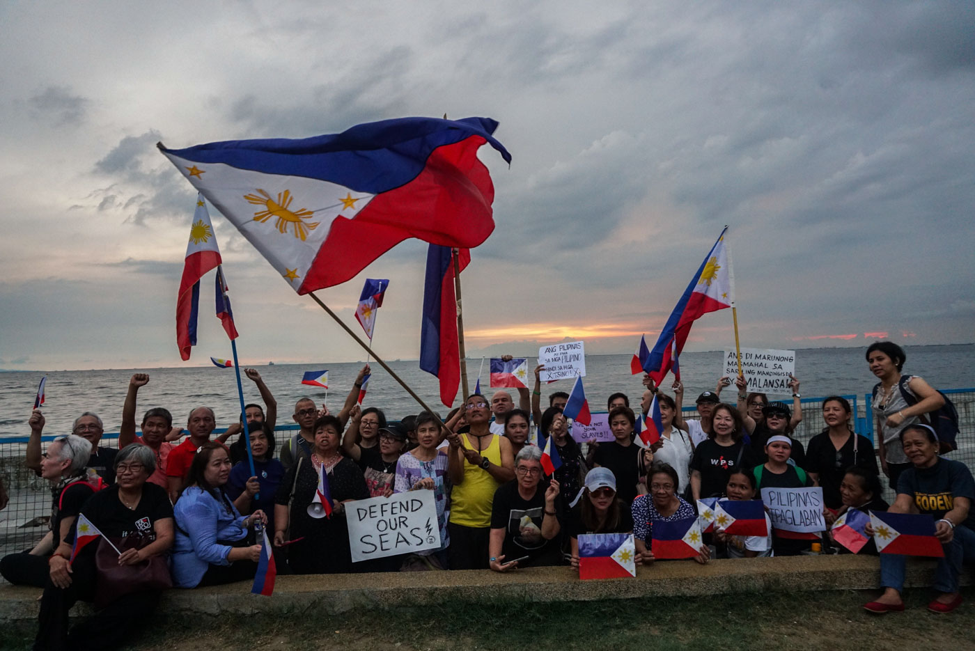 DEFENDING SOVEREIGNTY. Various groups wave Philippine flags along Manila Bay as they show solidarity for the Philippines and resistance against China during a protest on June 22, 2019. Photo by Lito Borras/Rappler