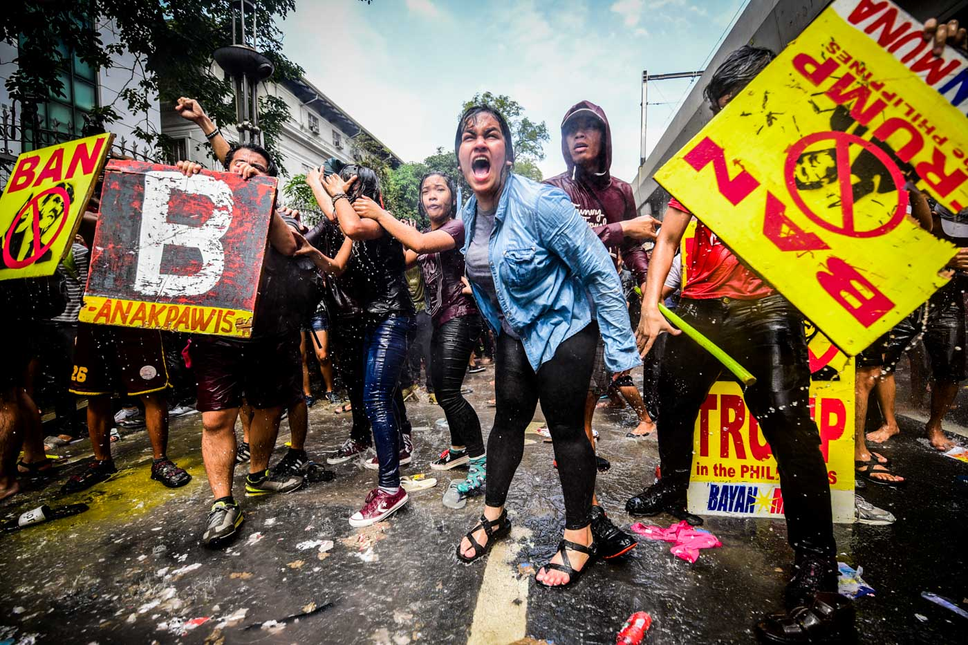 VIOLENCE. At least 123 protesters are injured from the scuffle that ensued between protesters and riot police on Monday, November 13. Photo by Alecs Ongcal/Rappler