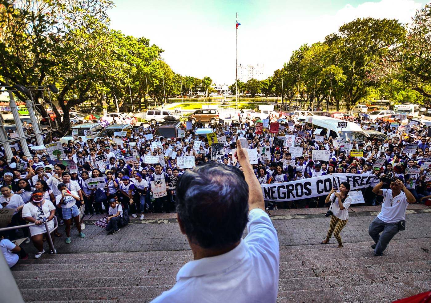 COAL-FREE. Negros Occidental Governor Alfredo Marañon Jr gives a thumbs up to the participants of the Youth Strike for Negros on March 6, 2019. Photo by Rexor Amancio/Climate Reality Philippines