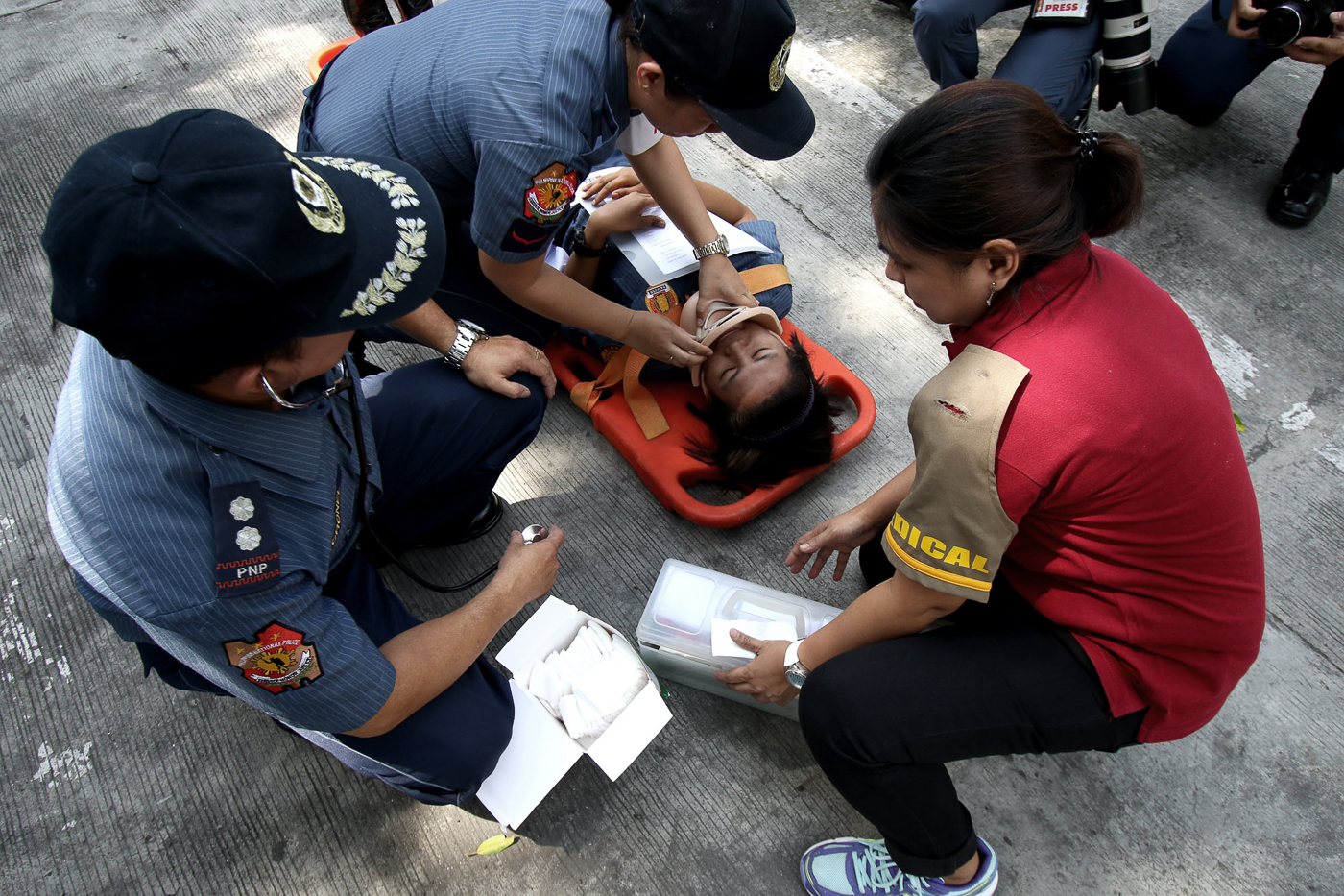 EMERGENCY AID. Rescue operations are simulated during the earthquake drill on June 29, 2017. Photo by Inoue Jaena/Rappler