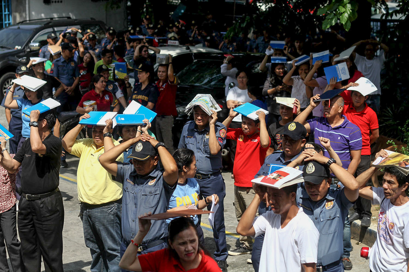 SAFE ZONE. Uniformed and non-uniformed personnel evacuate at the Manila Police District headquarters on June 29, 2017. Photo by Inoue Jaena/Rappler