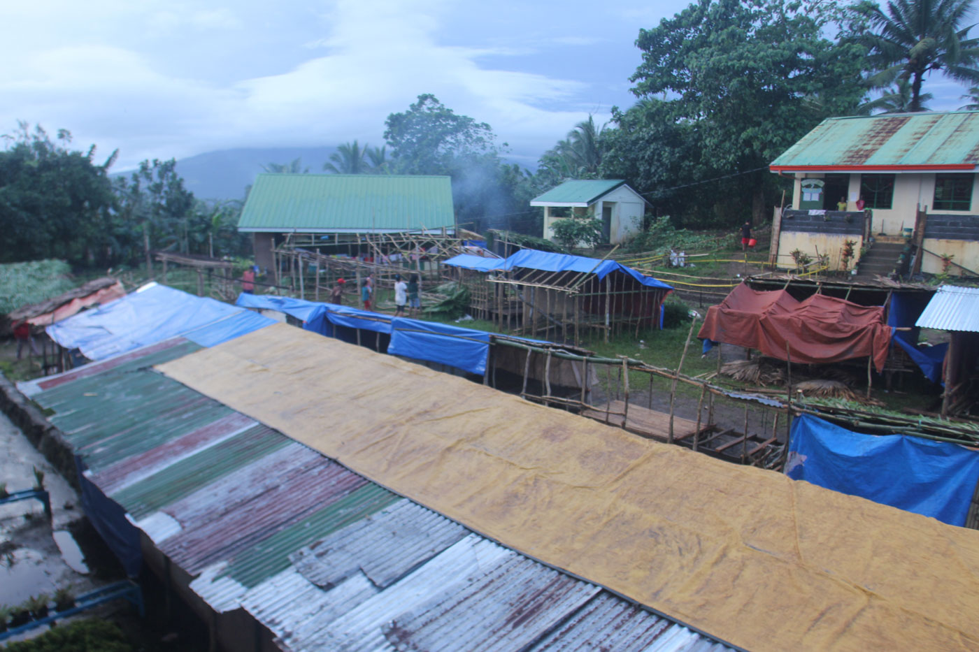 TEMPORARY SHELTERS. Albay residents who fled their homes due to the threat of a Mayon Volcano eruption are in need of temporary shelters. Photo by Rhaydz Barcia/Rappler