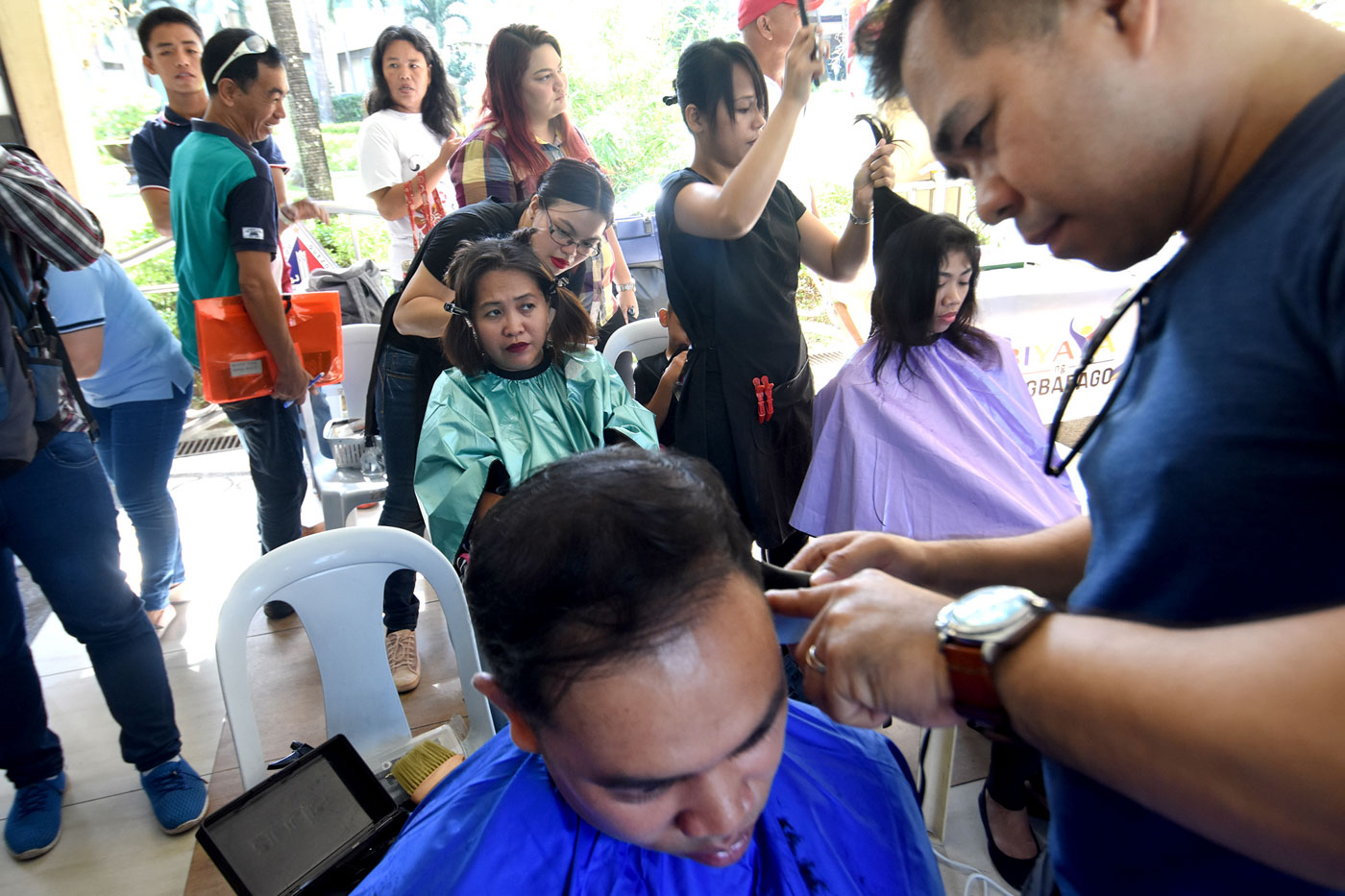 Some jobseekers grabbed the free haircut from TESDA graduates after they applied. Photo by Angie de Silva/Rappler