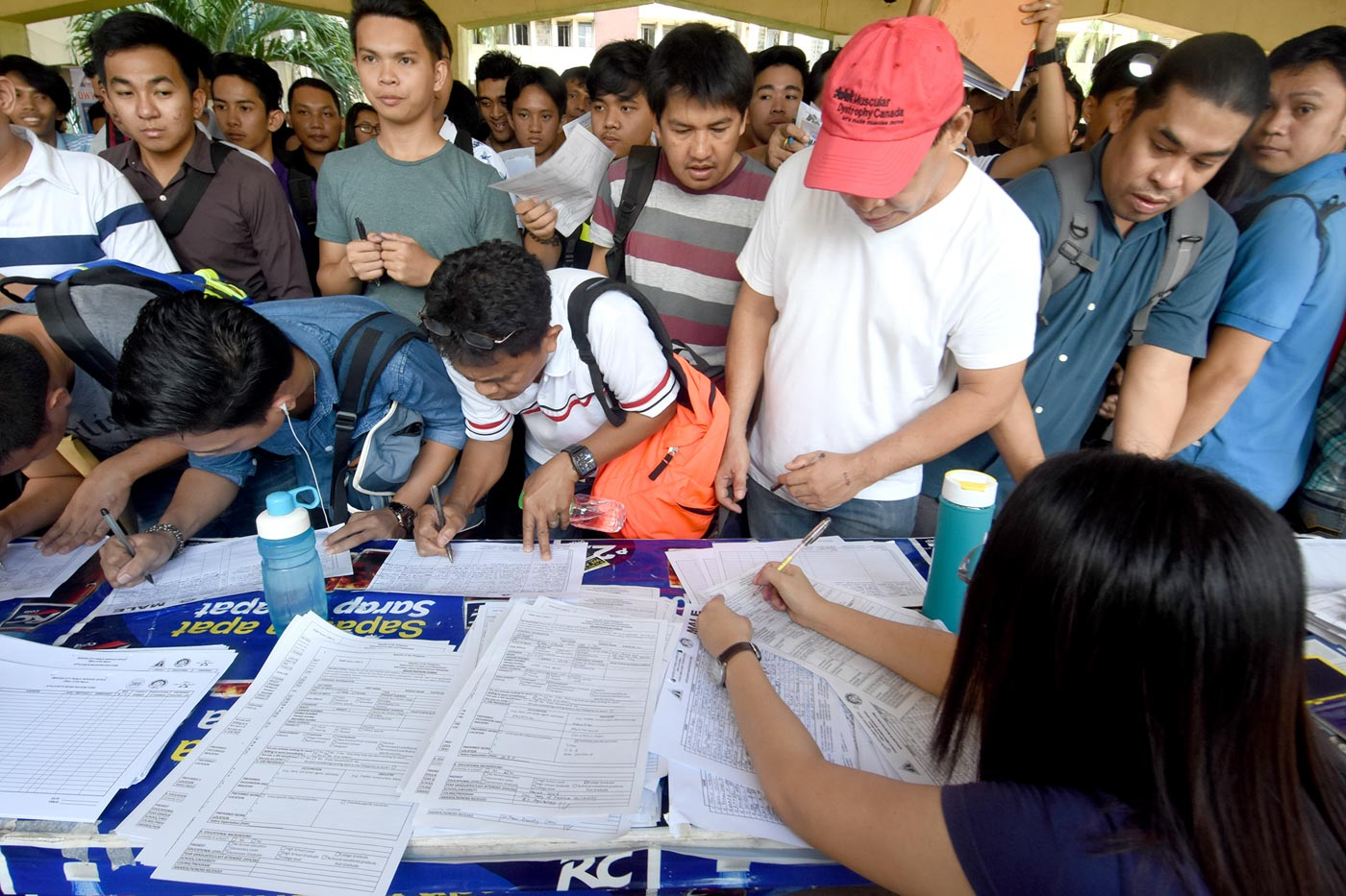 NO ROOM ENOUGH. Jobseekers from Metro Manila and nearby provinces line up at DOLE Job Fair. Photo by Angie de Silva/Rappler