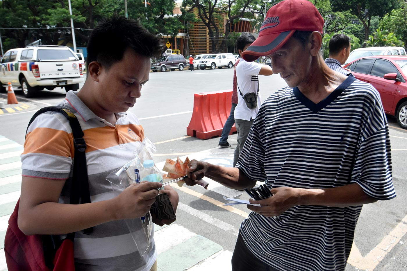 Mang Buboy, a pen vendor took the Job Fair as an opportunity to sell more pens. Photo by Angie de Silva/Rappler