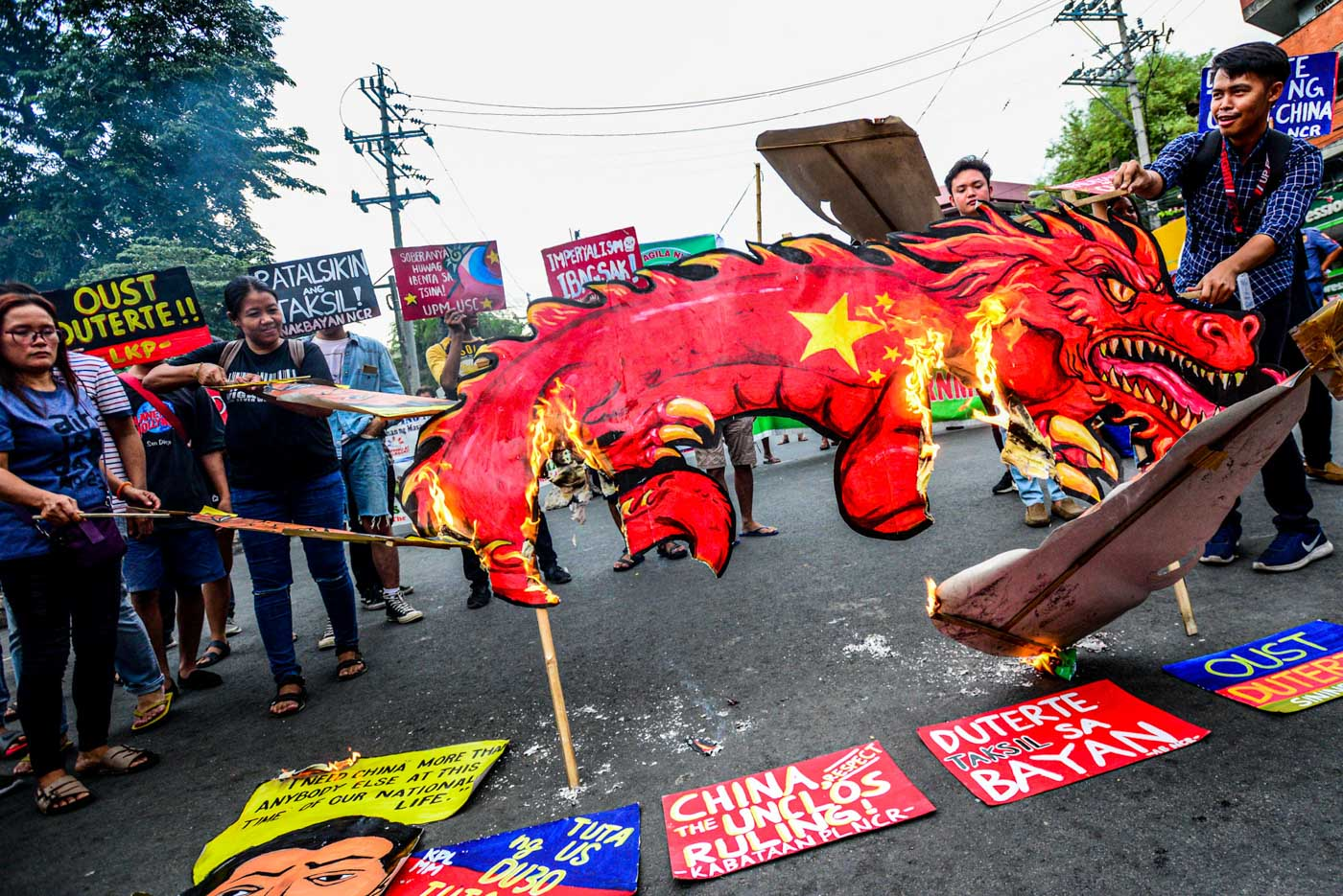 BURN. Protesters burn an image of the Chinese dragon and an image of Duterte to cap the picket protest at Mendiola, Manila on July 12, 2019. Photo by Maria Tan/Rappler