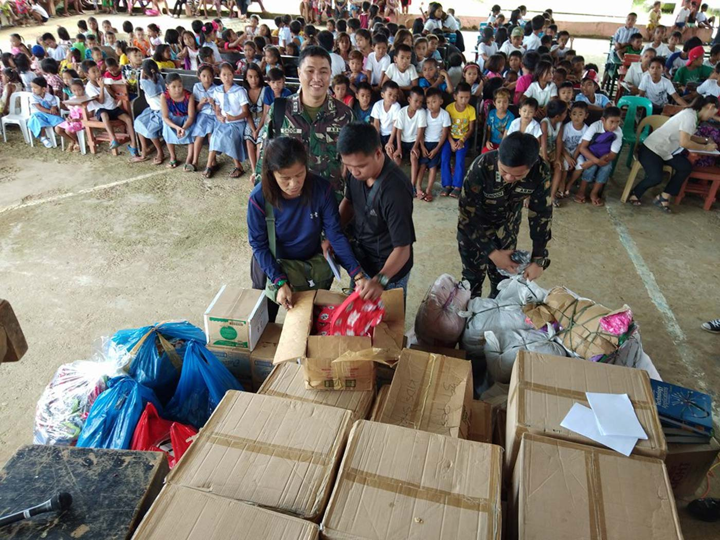 OUTREACH. Members of the media, along with the Department of Social Welfare and Development and the military, bring goods to remote villages in Eastern Samar. All photos by Jazmin Bonifacio/Rappler