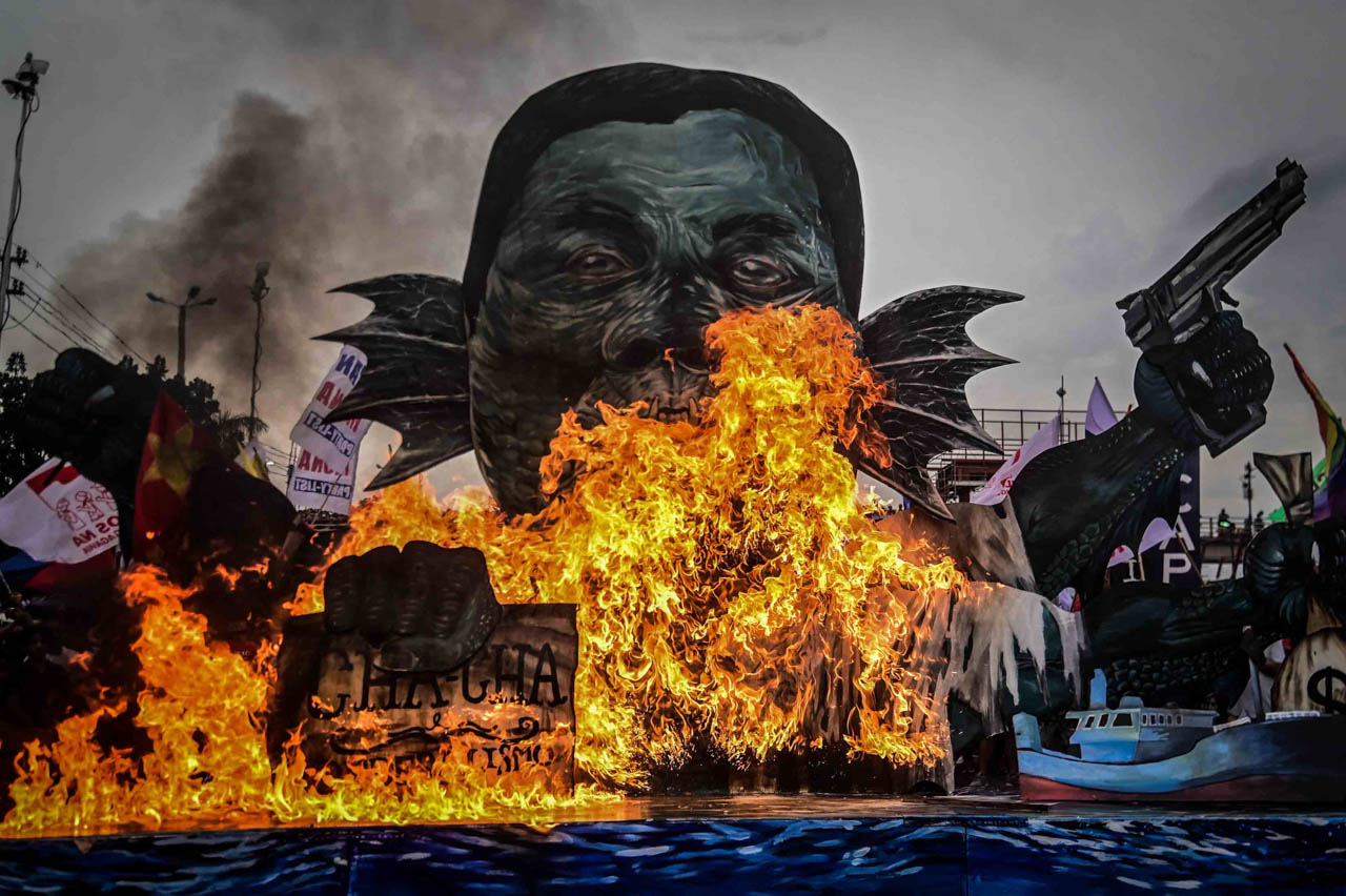 EFFIGY. Protesters burn the effigy dubbed as 'Syokoy Duterte' during the United People's SONA on July 22, 2019. Photo by Alecs Ongcal/Rappler