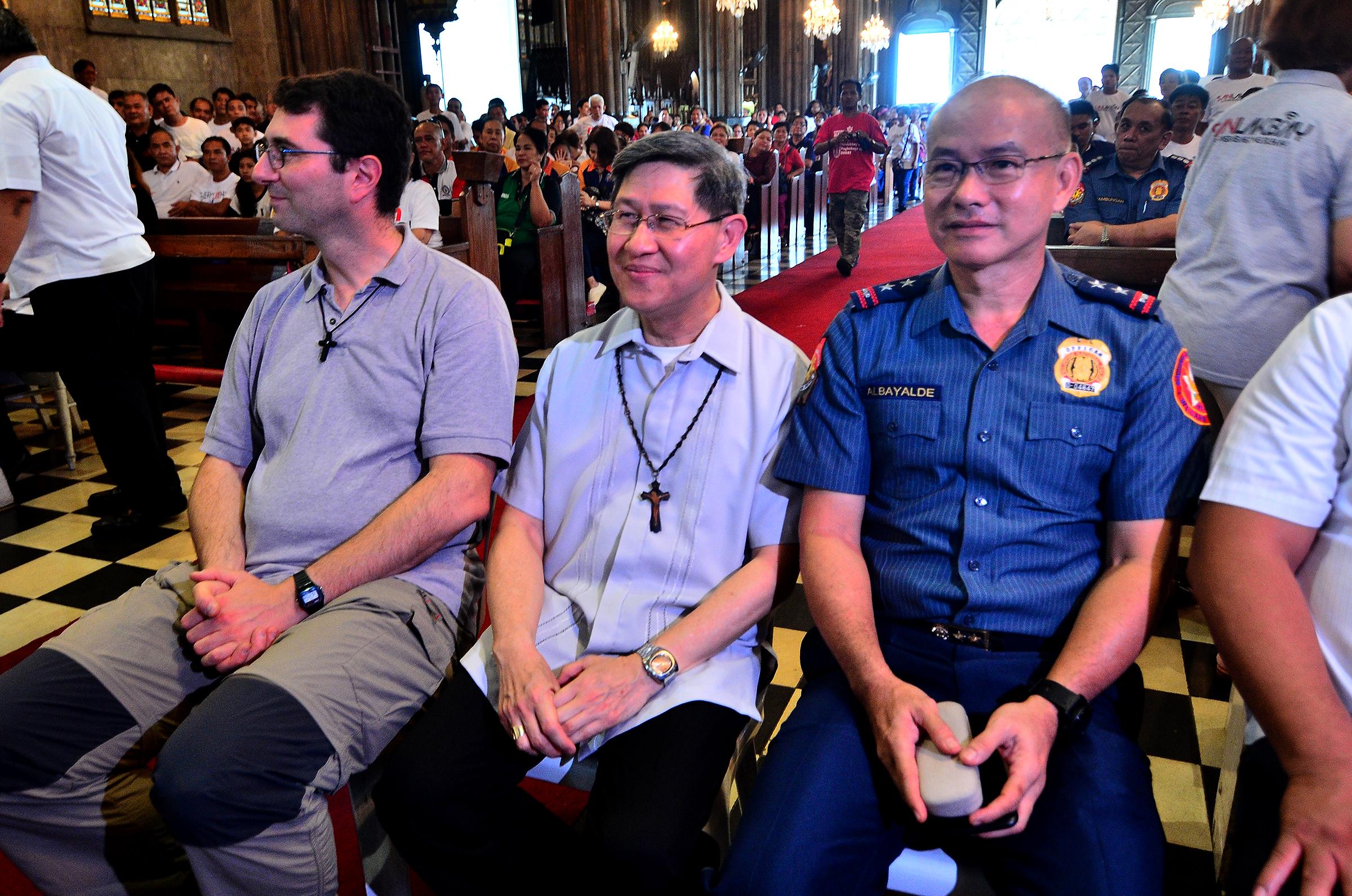 COLLABORATION. National Capital Region Police Office Director Oscar Albayalde (right) sits beside Manila Archbishop Cardinal Tagle during the Sanlakbay anniversary. Photo by Maria Tan/Rappler