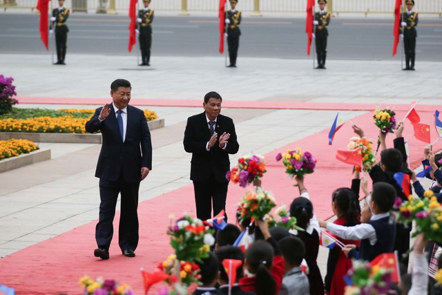 TALKING MARITIME DISPUTE. President Rodrigo Duterte and President Xi Jinping are welcomed by Chinese students during the arrival ceremony at the Great Hall of the People in Beijing on October 20. Photo by King Rodriguez/PPD