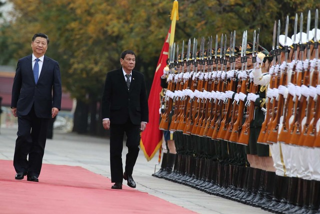 GRAND WELCOME. President Duterte and President Xi review the honor guards during the arrival ceremony at the Great Hall of the People in Beijing on October 20. Photo by King Rodriguez/PPD