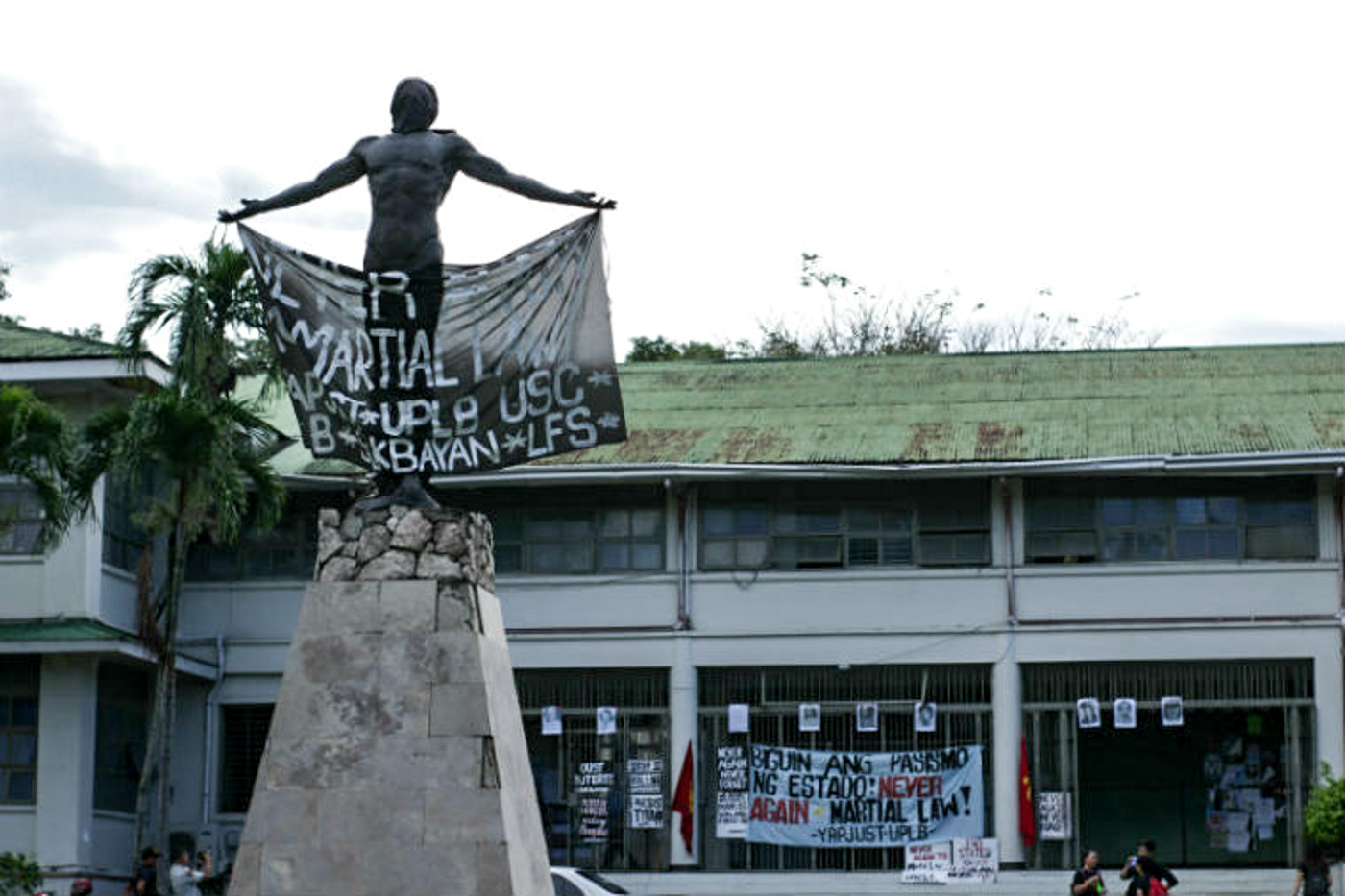 UPLB OBLATION. Students hang a banner on the UPLB oblation on Friday, September 21.  Photo by Neren Bartolay/Rappler