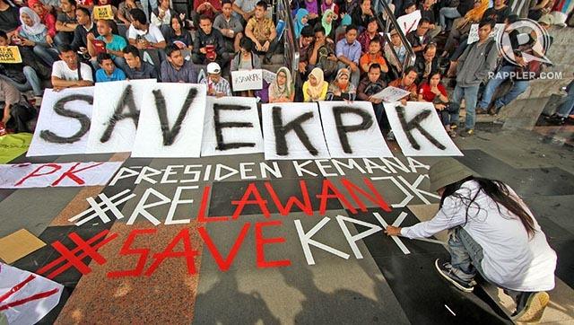 Koalisi Masyarakat Sipil Anti Korupsi berunjuk rasa di Gedung Komisi Pemberantasan Korupsi terkait penangkapan Wakil Ketua KPK Bambang Widjojanto oleh Bareskrim Mabes Polri, Jumat (23/1/2015). Polri menangkap Bambang Widjojanto dengan alasan terkait dugaan kasus sengketa pilkada Kota Waringin Barat tahun 2010 lalu.