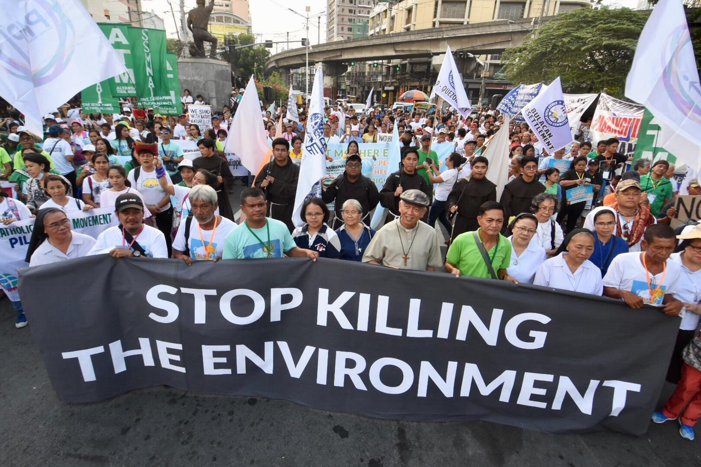 SYMBOLIC MARCH. Anti-mining advocates troop to Mendiola for the culmination of the moving caravan dubbed as 'Salayag'. Photo by Angie de Silva/Rappler